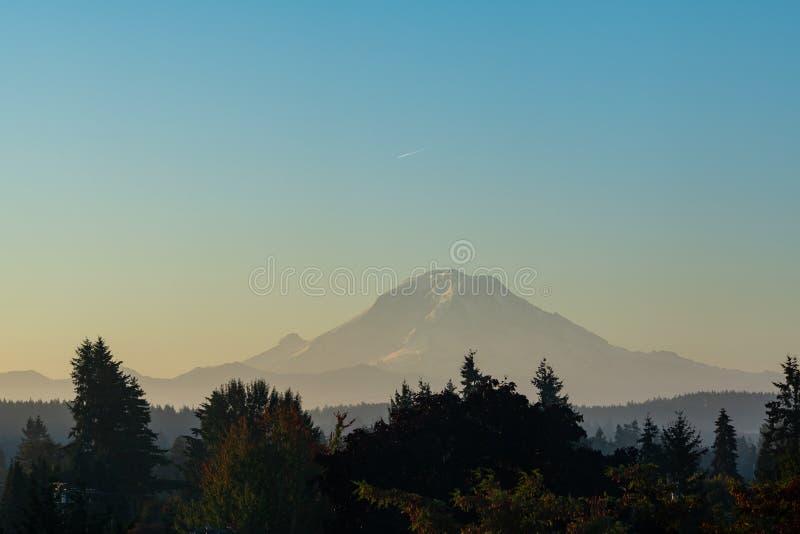 Le mont Rainier apparaît indistinctement par le ciel flou photo stock