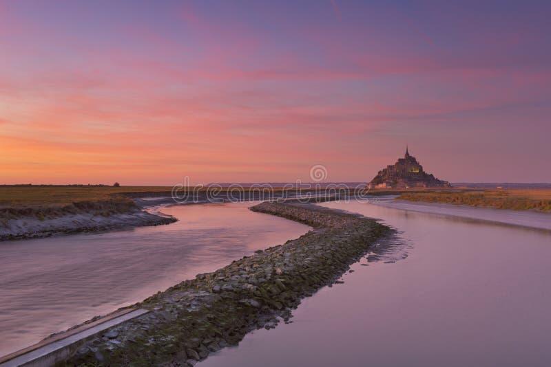 Le Mont Saint Michel i Normandie, Frankrike på solnedgången royaltyfria foton