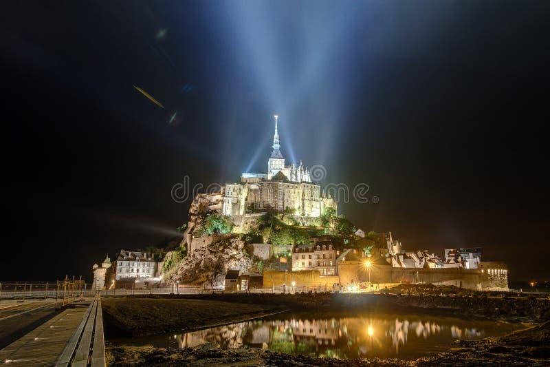 Le Mont Saint-Michel a illuminé images libres de droits