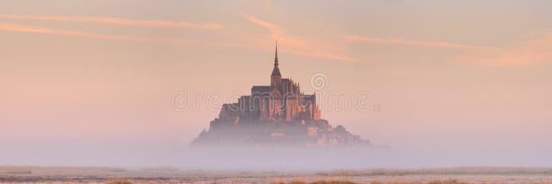 Le Mont Saint Michel in Normandie, Frankreich bei Sonnenaufgang stockbild
