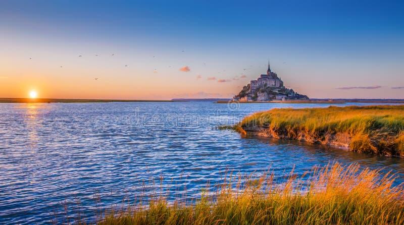 Le Mont Saint-Michel på solnedgången, Normandie, Frankrike arkivbilder
