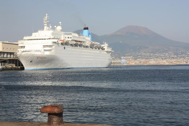 Le mont Vésuve comme vu du port maritime photo libre de droits