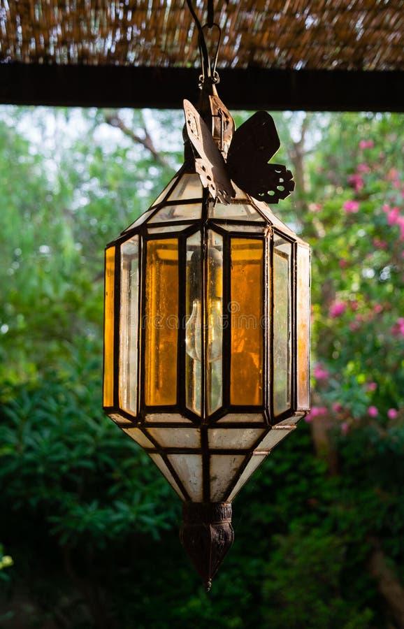 Le montage extérieur de jardin de lampe pendante de porche de vintage allume la lanterne d'éclairage de terrasse de vintage image stock