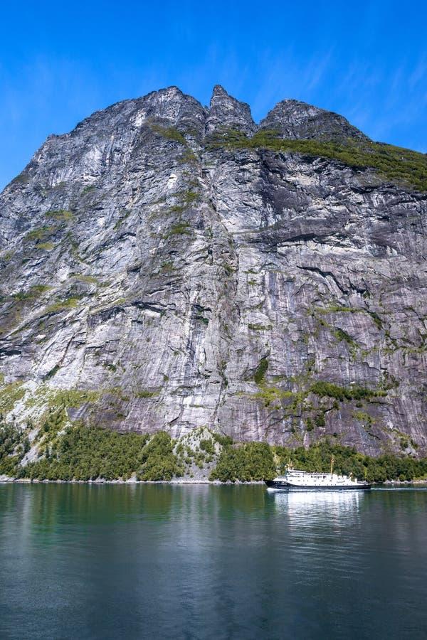 Le montagne abbelliscono con la vista di una montagna maestosa dal fiordo di Geiranger di estate fotografia stock libera da diritti