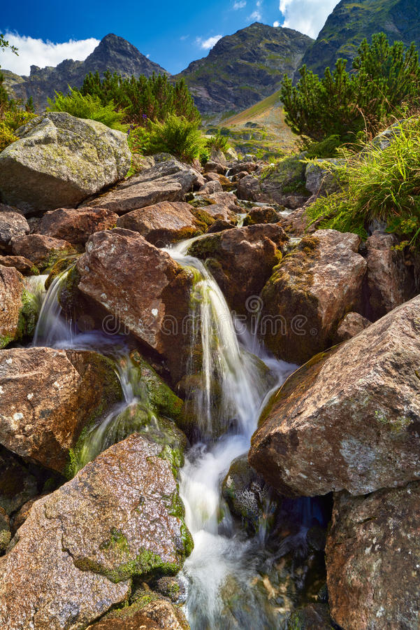 Le montagne abbelliscono il ruscello della Polonia della molla delle pietre delle rocce della natura fotografie stock libere da diritti