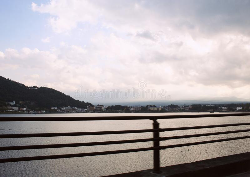 Le montagne coperte di natura della foresta abbelliscono nel Giappone fotografie stock libere da diritti