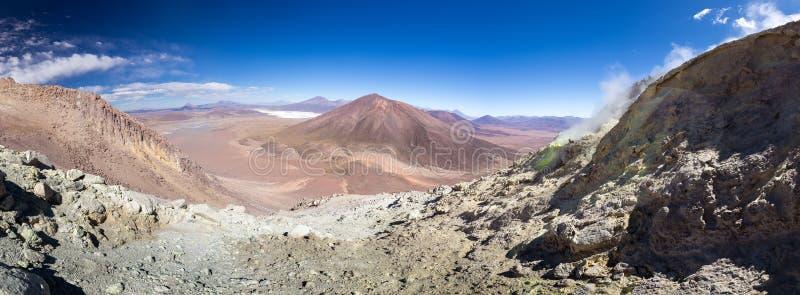 Le montagne del vulcano attivo abbelliscono Salar De Uyuni, il viaggio Bolivia fotografia stock