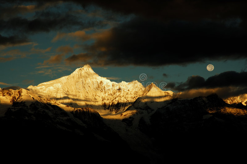 Le montagne della neve fotografia stock libera da diritti