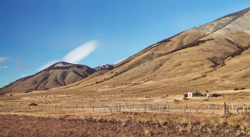 Le montagne delle Ande dell'alba di mattina abbelliscono nella Patagonia Argentina, Sudamerica Azienda agricola rustica del gauch immagini stock