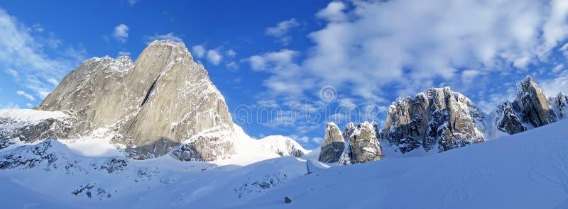 Le montagne delle guglie del Bugaboo, una catena montuosa nelle montagne di Purcell, parco provinciale del Bugaboo, Britisch Colo fotografia stock