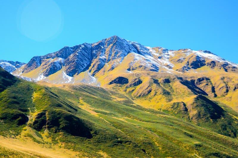 Le montagne di Caucaso di estate, l'erba verde sulle colline e la neve su Chiukhebi alzano vista dal villaggio Juta, Georgia fotografie stock