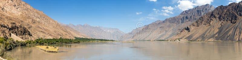 Le montagne di Pamir del fiume di Panj, Panj fa parte parte superiore di Amu Darya Vista panoramica, confine di Afghanistan e del fotografie stock libere da diritti