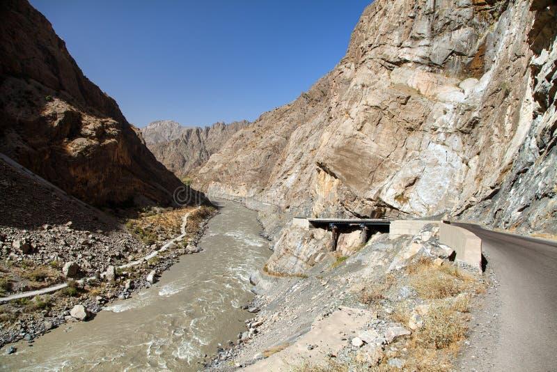 Le montagne di Pamir del fiume di Panj, Panj fa parte parte superiore di Amu Darya, vista panoramica dal confine di Afghanistan e fotografia stock