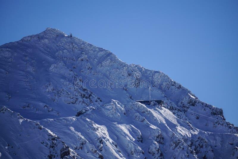 Le montagne di Verbier hanno caricato con neve immagine stock libera da diritti