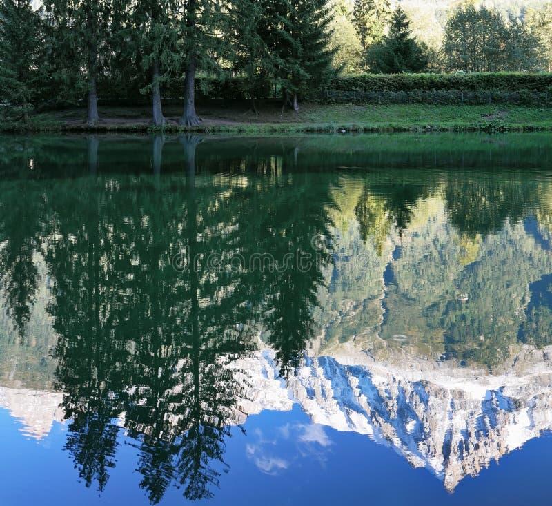 Le montagne hanno riflesso nell'acqua liscia del lago immagini stock libere da diritti