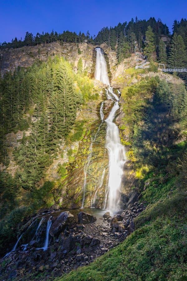 Le montagne, i picchi, il lago, il ghiaccio eterno e gli alberi abbelliscono immagini stock libere da diritti