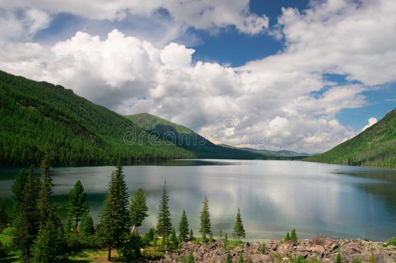 Le montagne modific il terrenoare e lago. fotografie stock libere da diritti