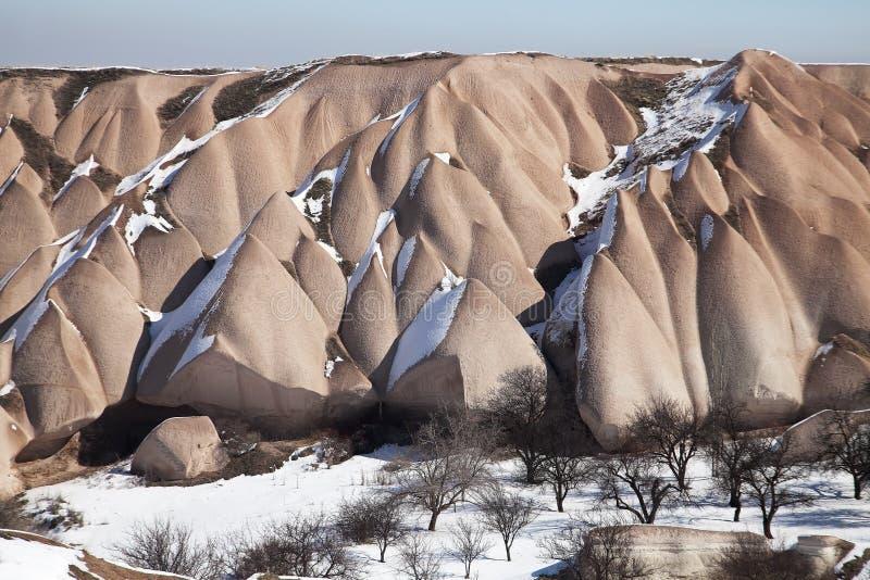Le montagne nevose di Cappadocia, Turchia fotografia stock
