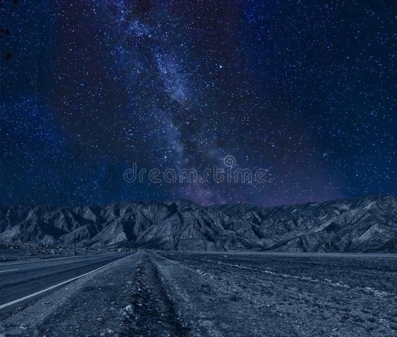 Le montagne pittoresche di notte abbelliscono con la Via Lattea sulla s stellata immagini stock libere da diritti