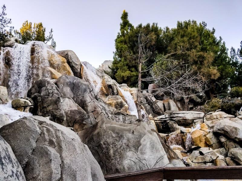 Le montagne rocciose innaffiano le cadute fotografia stock
