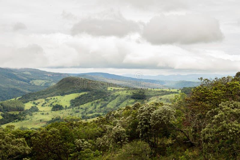 Le montain vert au-dessus du ciel bleu La végétation est verte photographie stock libre de droits