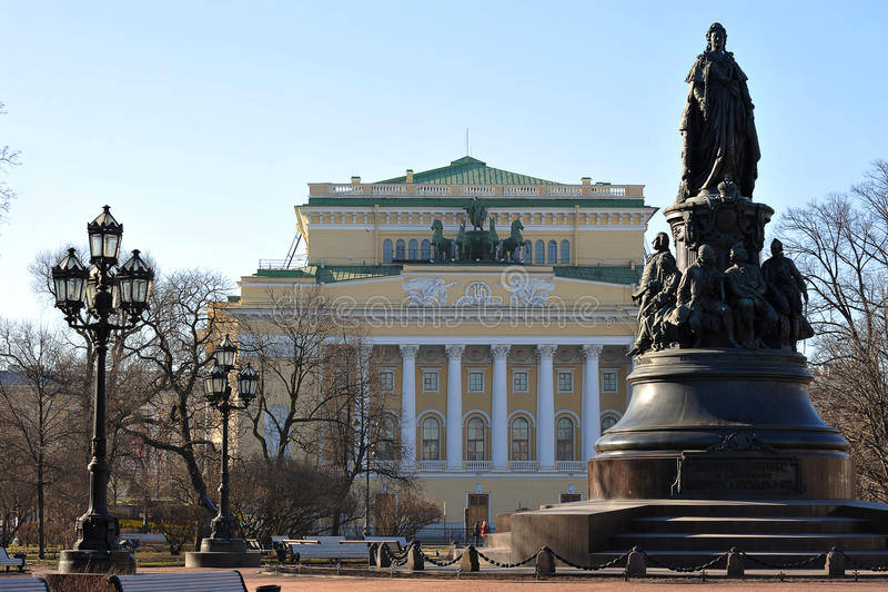 Le monument à Catherine II et théâtre d'Alexandrinsky images libres de droits