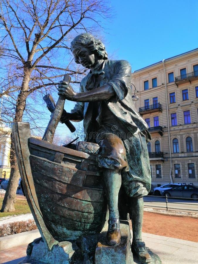 Le monument à Peter le grand bâtiment un bateau photographie stock libre de droits