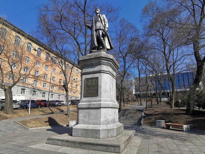 Le monument à Sergey Lazo à l'arrière-plan du paysage urbain images libres de droits