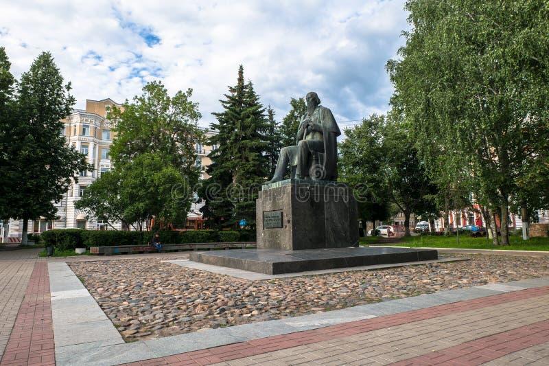 Le monument au satirique russe principal du Saltykov-Shchedrin du 19ème siècle dans la ville de Tver, Russie images stock