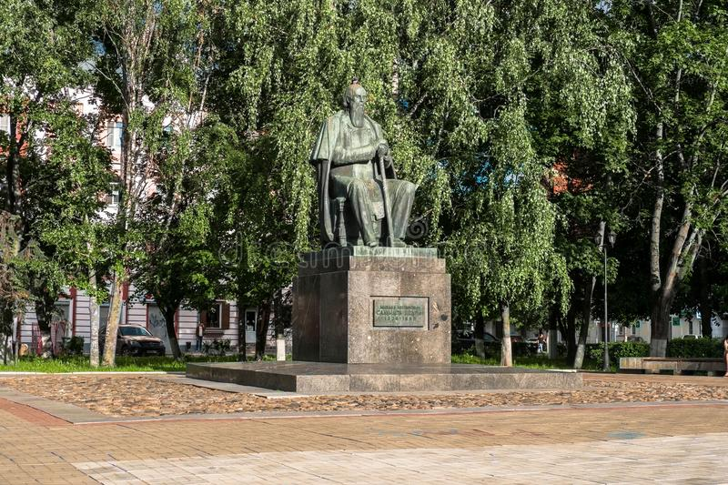 Le monument au satirique russe principal du Saltykov-Shchedrin du 19ème siècle dans la ville de Tver, Russie image stock
