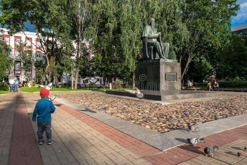 Le monument au satirique russe principal du Saltykov-Shchedrin du 19ème siècle dans la ville de Tver, Russie photo stock