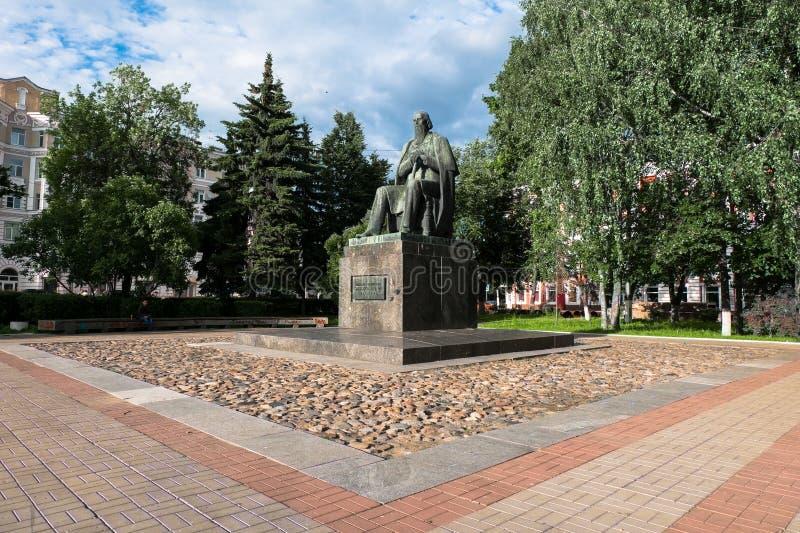 Le monument au satirique russe principal du Saltykov-Shchedrin du 19ème siècle dans la ville de Tver, Russie photo libre de droits