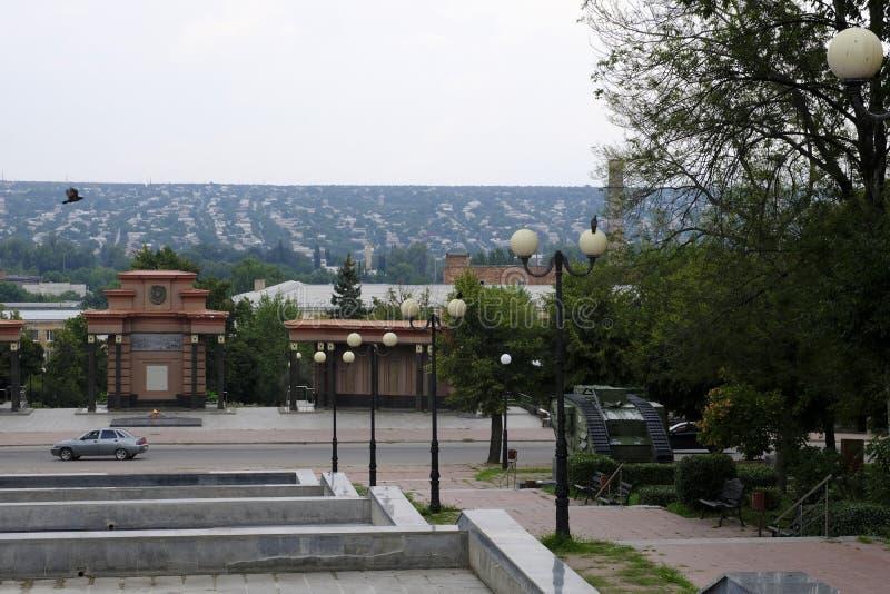 Le monument aux combattants de la révolution, après quoi la vieille ville commence images stock