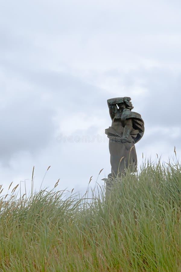 Le monument aux marins et aux pêcheurs a péri en mer, vue des dunes dans le parc de Liepaja photos libres de droits