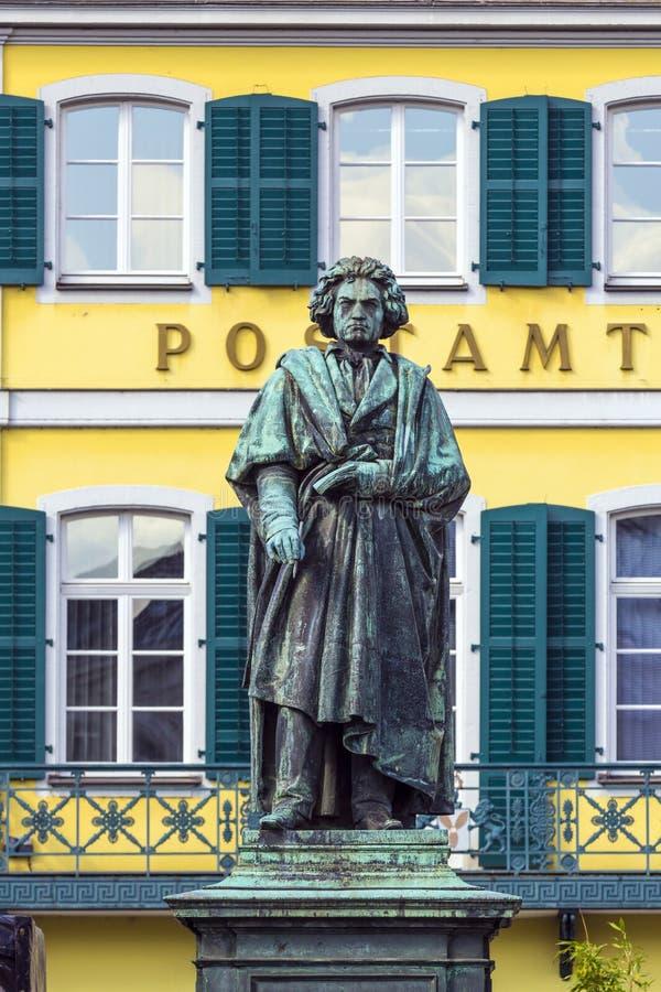 Le monument de Beethoven sur le Munsterplatz à Bonn image libre de droits