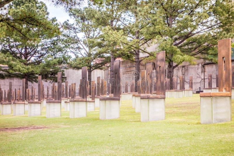Le monument de bombardement de l'Oklahoma avec les sculptures vides en chaise qui m photographie stock