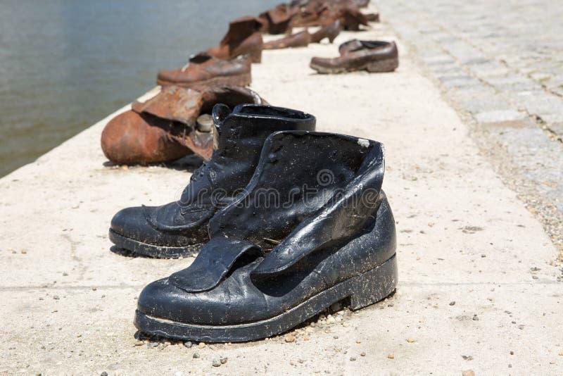 Le monument de chaussures sur la banque de Danube est un mémorial à Budapest, hun photographie stock