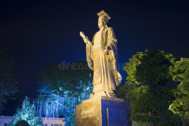 Le monument de l'empereur LY thaïlandais à en le parc de nuit Hanoï, Vietnam images libres de droits
