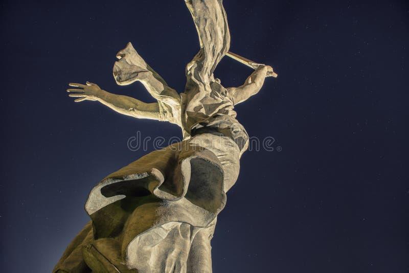 Le monument de nuit les appels de la mère patrie ! images libres de droits