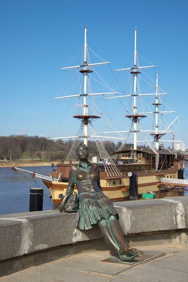Le monument de sculpture au touriste sur le fond du navire amiral de frégate Veliky Novgorod, photo libre de droits