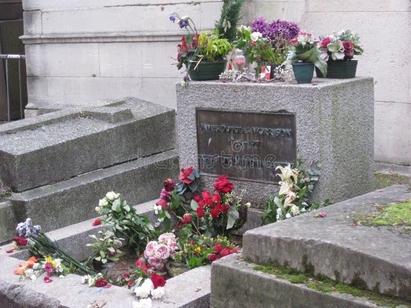Le monument en pierre grave de Jim Morisson dans le cimetière de Père Lachaise, Paris images stock