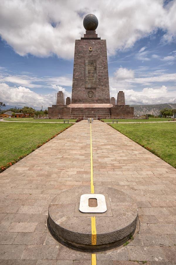 Le monument marquant la latitude zéro en Equateur photographie stock
