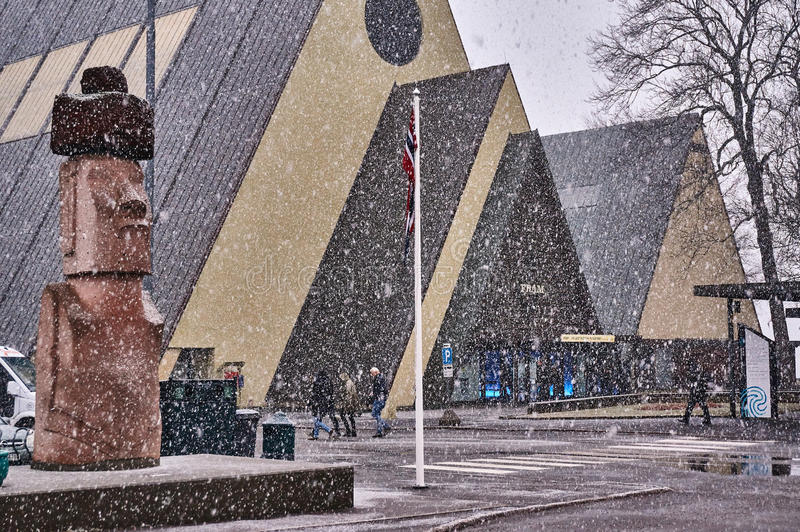 Le monument Moai et le musée OD embarquent Frama dans la tempête de neige photographie stock libre de droits