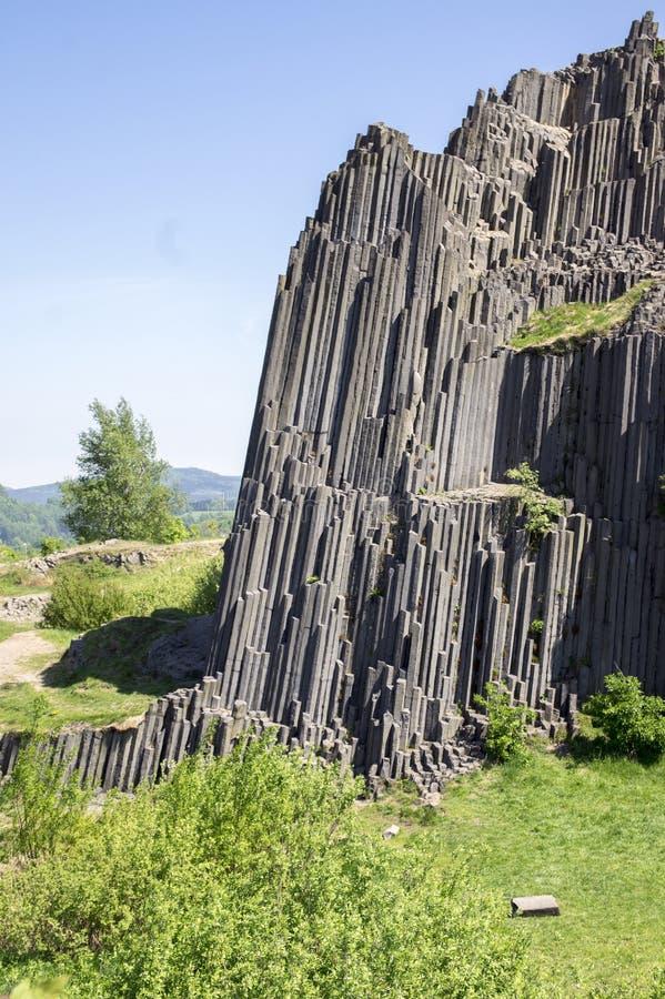 Le monument naturel national a appelé le skala de Panska, roche jointe colomnaire de basalte dans le village de senov de Kamenick photos stock