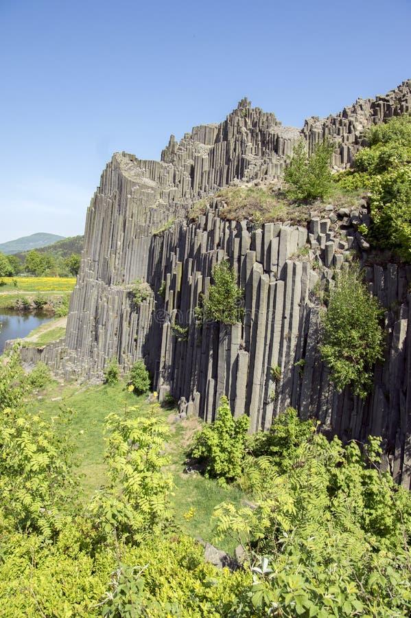 Le monument naturel national a appelé le skala de Panska, roche jointe colomnaire de basalte dans le village de senov de Kamenick images stock