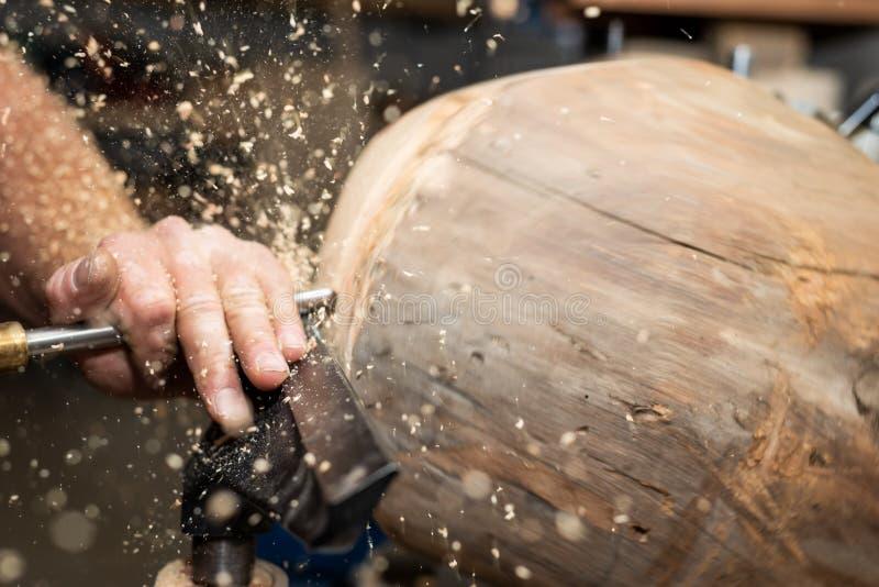 Le morceau de bois de construction tourne pour créer la cuvette en bois image libre de droits