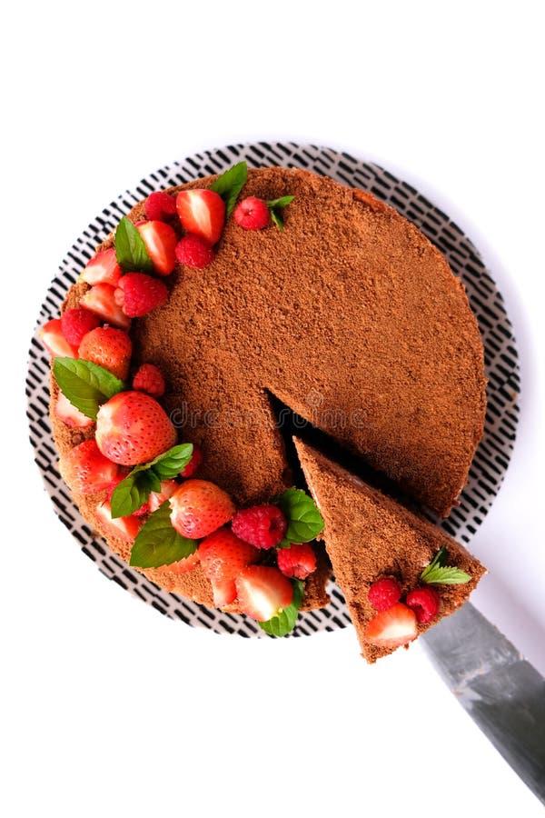 Le morceau de gâteau au chocolat sur l'assiette blanche Une tranche de gâteau maison photo stock