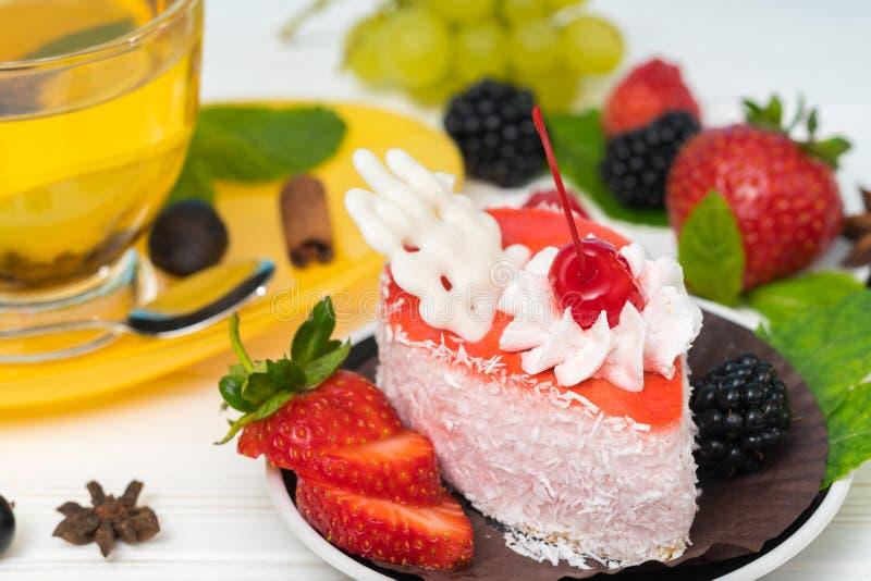 Le morceau de gâteau de fruit a complété avec du chocolat blanc photos libres de droits