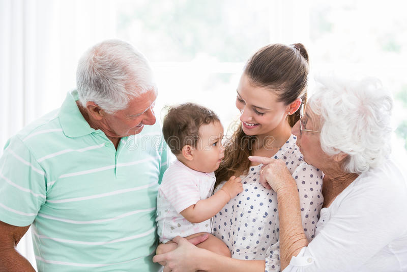 Le morföräldrar och modern som spelar med, behandla som ett barn fotografering för bildbyråer