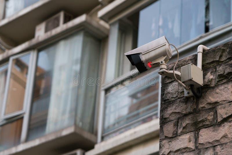 Le mornitor extérieur de télévision en circuit fermé de sécurité devant le bâtiment images libres de droits